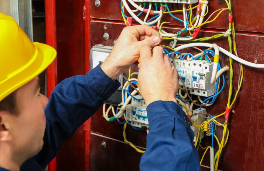 Combien les électriciens facturent-ils par heure?
